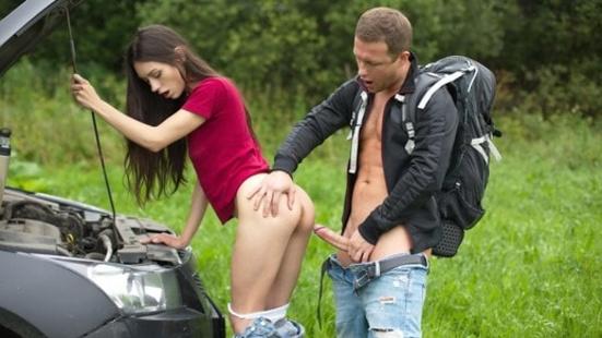 Оттрахал самарскую чиксу, вызвавшись помочь ей починить сломавшийся автомобиль
