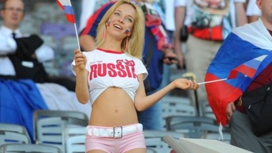 Сексуальную болельщицу отодрали в дырки прямо в разгаре футбольного матча