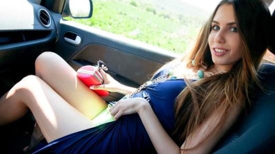 Украинка ебется с водителем в машине за границей за неимением денег для оплаты такси
